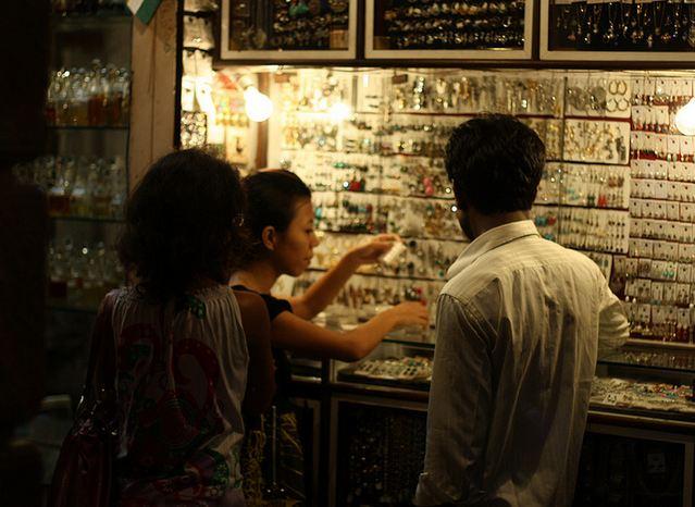 Street Jewelry Shopping in Mumbai